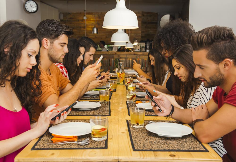 不作法な食事のマナーである若い集団