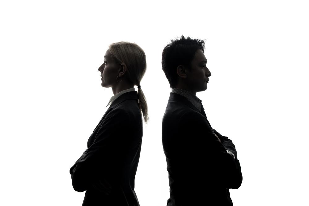 反目で敵対しあう男性と女性
