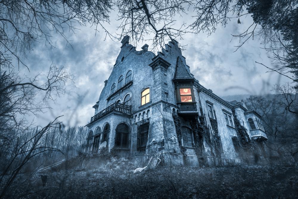 悪の巣窟は見るからに怖い