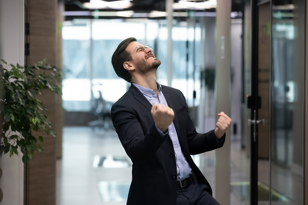 真摯に仕事に取組み成果が出て喜ぶ男性