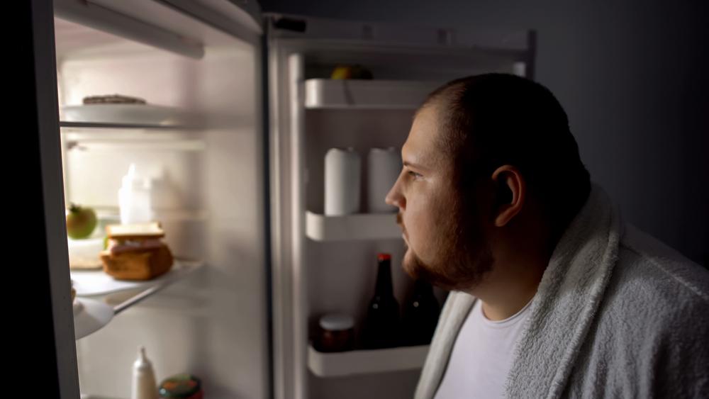 ダイエット中にも関わらず深夜にものを食べる意志薄弱な人