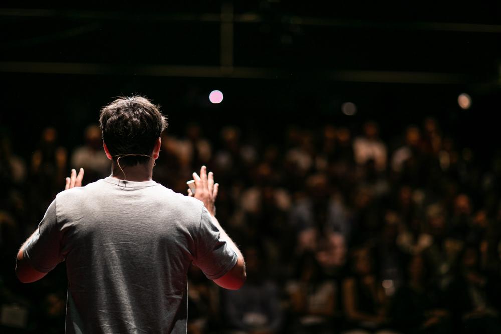 情熱的な弁舌で観客を魅了する