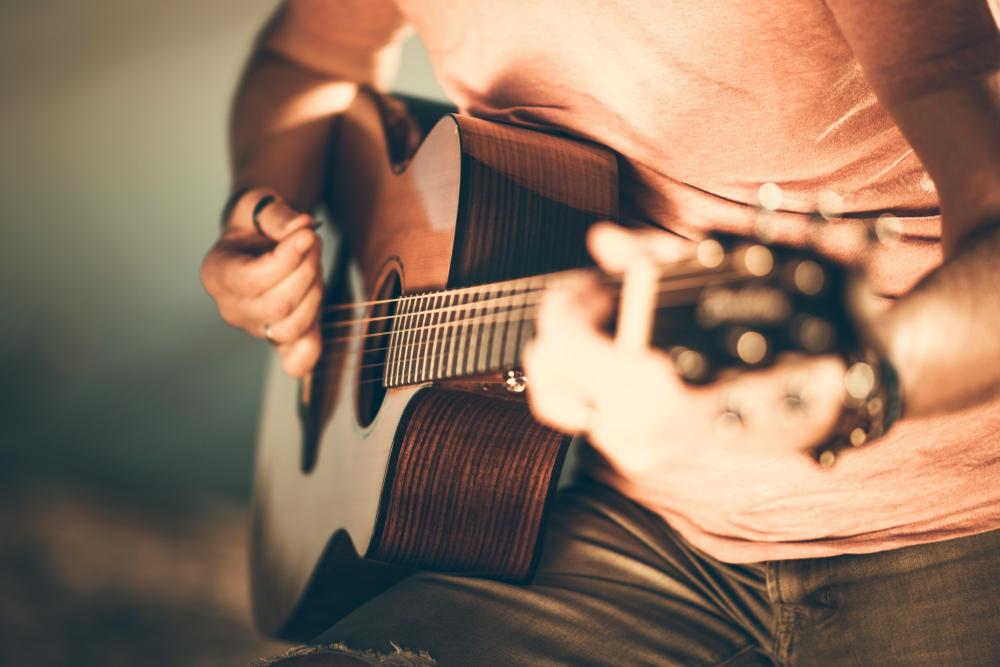 ギターにのせて引かれ者の小唄を口ずさむ