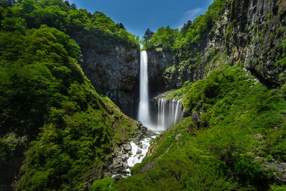 華厳の滝は日本三大名瀑の一つに数えられる
