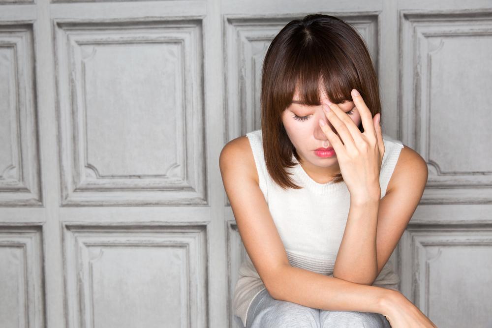 頭の中から懸念される事柄が離れない女性