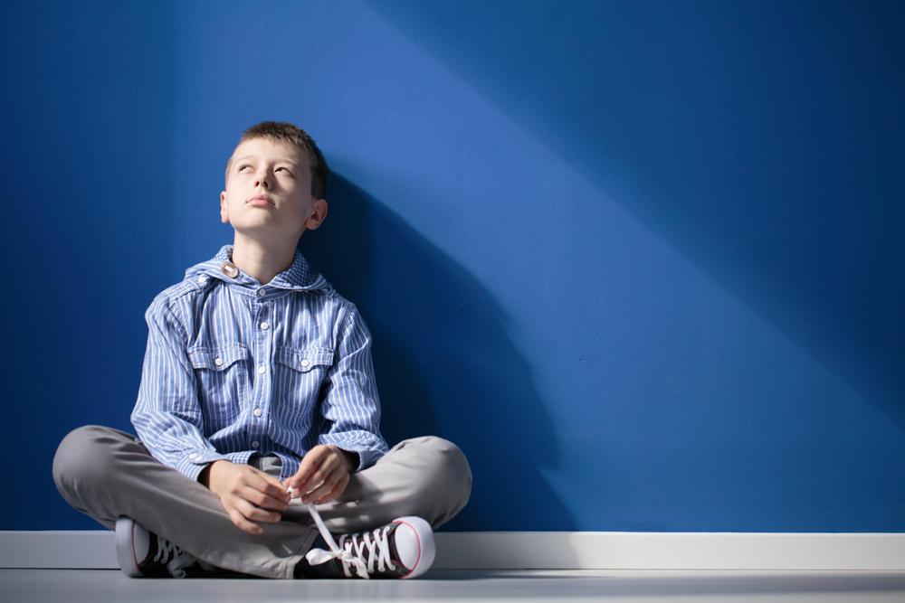家庭の中で疎外感を感じている男の子