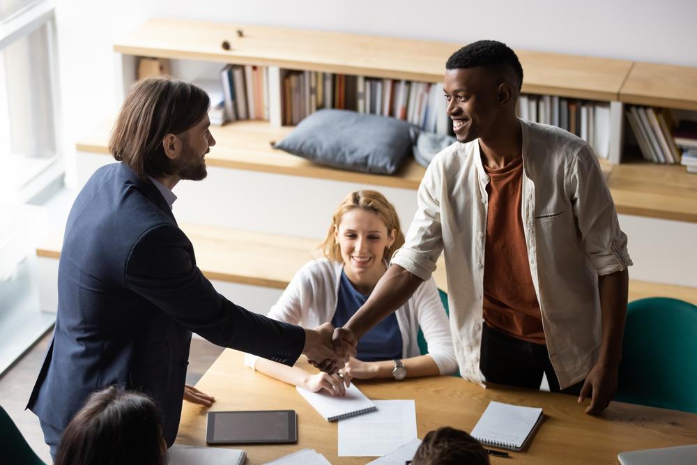 ビジネスで与する相手と握手する