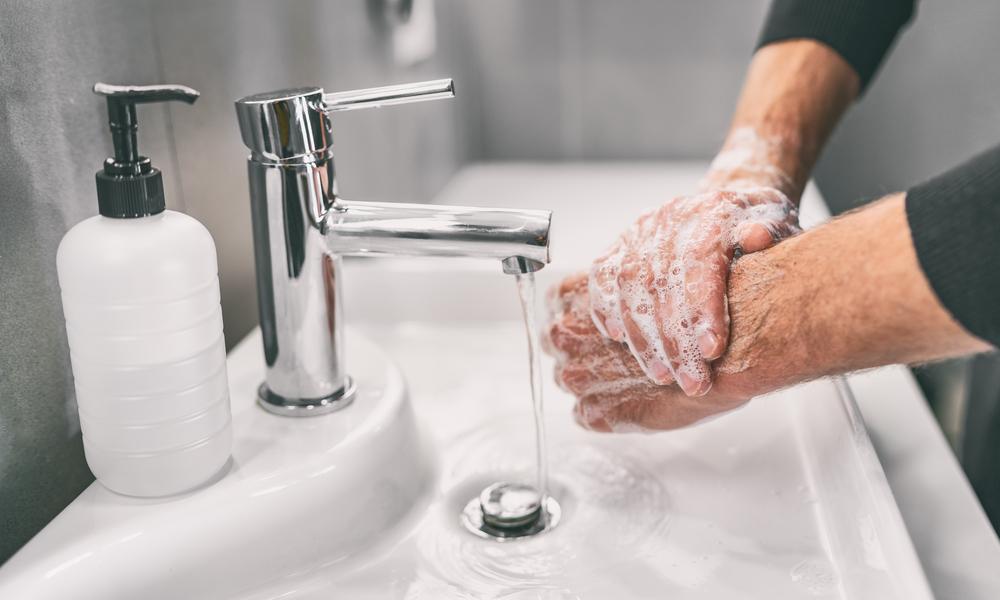 手洗いで新型コロナを予防する男性