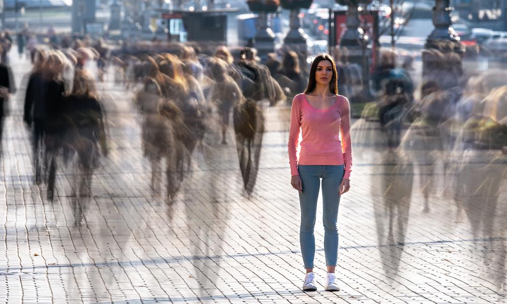 街を歩くボッチで寂しい女性