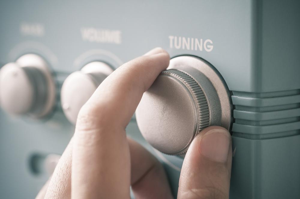 ラジオをチューニングしている。