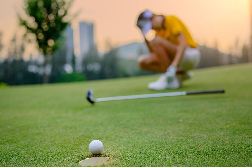 ゴルフでイップスに陥る様子。